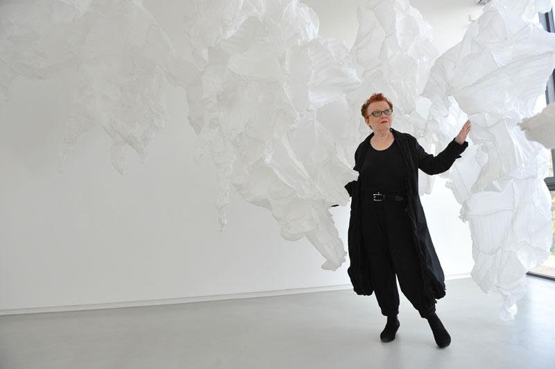 Karin Abt Straubinger vor einem Werk von Elisabeth Thallauer